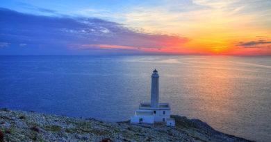 La foto del'alba dal Faro Palascìa è del fotografo Dino Longo