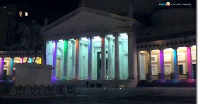 Piazza del Plebiscito, si colora il colonnato con le luci del Natale
