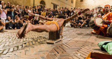 La parata spettacolare della compagnia Milon Mela a San Cataldo (Lecce)